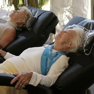 Массаж в кресле для людей пожилого возраста